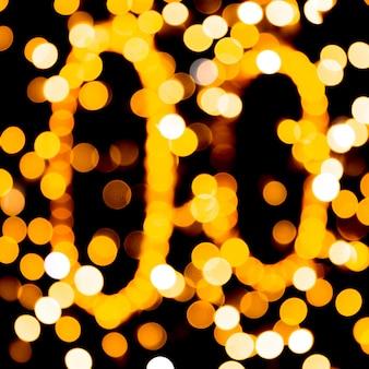 Расфокусированным город золото ночь боке абстрактный фон. размыто много круглого желтого света на темном фоне