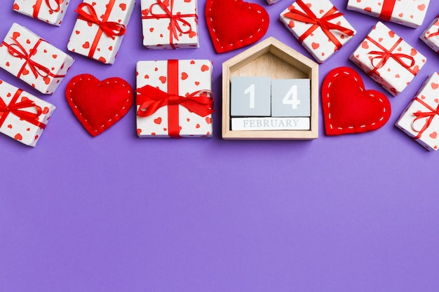 Деревянный календарь с обернутыми подарками и текстильными сердечками