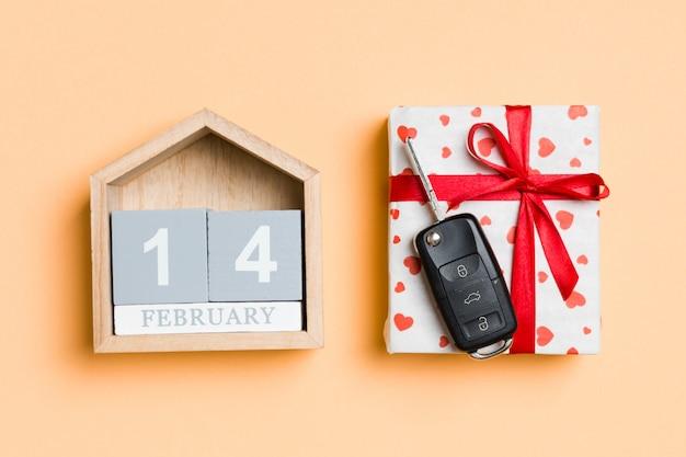 ギフト用の箱と車のキー付き木製カレンダー