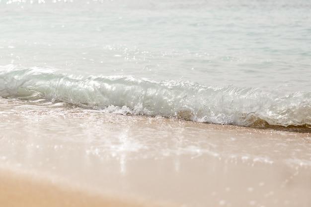 Волна плещется на пляже. закрыть