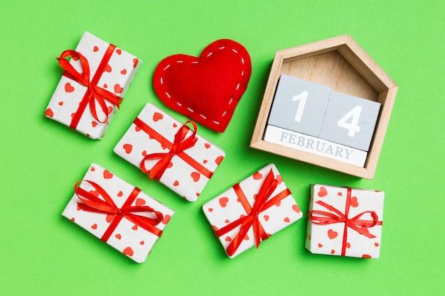 木製カレンダー、包装紙と織物心の心とギフトボックス