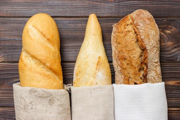 素朴なテーブルの上のバッグヨーロッパスタイルのパン