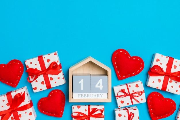 ギフト用の箱、木製のカレンダー、赤い繊維の心