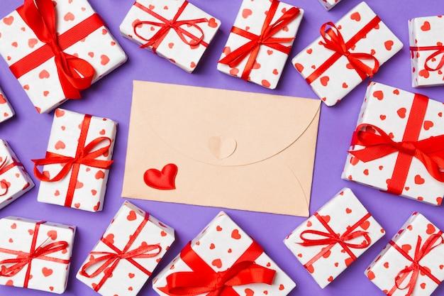 クラフト封筒、ギフトボックス、赤い繊維の心の平面図