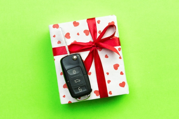 Подарочная коробка с красным бантом и ключом от машины