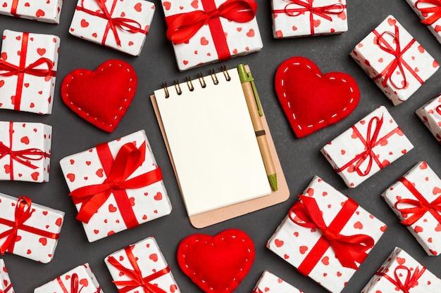 ノートブック、白いギフトボックス、赤い繊維の心の平面図