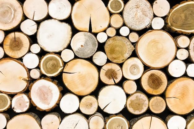 丸いチーク材の木の切り株の背景。木の背景テクスチャのセクションをカット