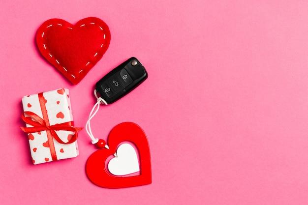 ギフト用の箱、車のキー、木製および繊維の心の平面図