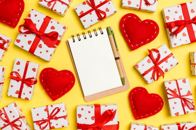 ノートブック、ギフトボックス、赤い繊維の心のバレンタインの組成