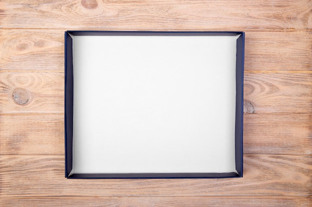 Пустая пустая белая коробка на столе стол. вид сверху