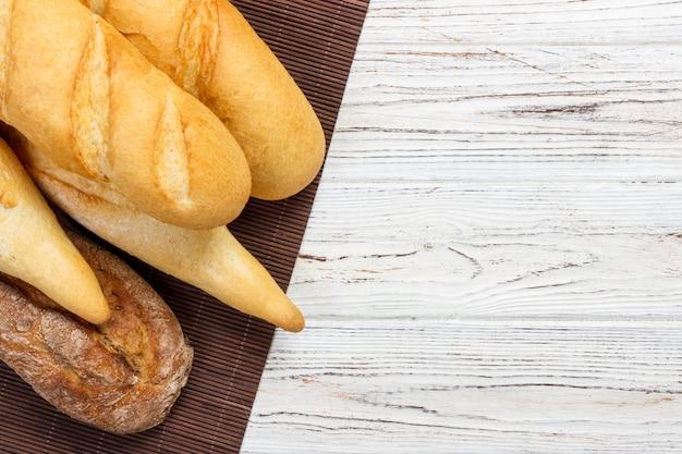 Французские багеты на кухонном столе