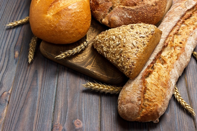 木製の背景に焼きたての小麦パンの自家製パン。コピースペース平面図