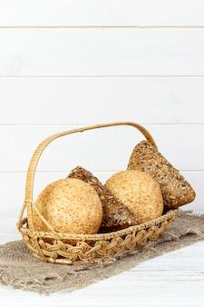 金茶色の固い殻のついたパンの新鮮なバスケット。白い背景で撮影