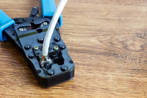 コンピュータネットワーク用ケーブル付き圧着工具。