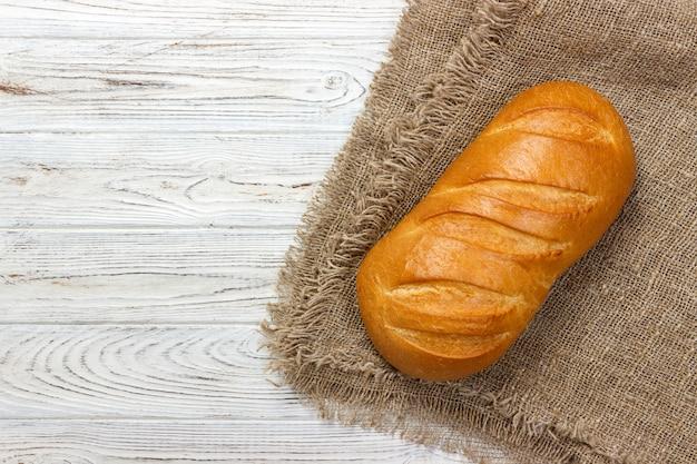Свежий хлеб на деревянный стол. вид сверху с пространством для текста