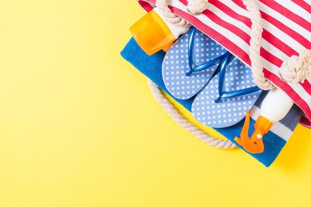 コピースペースを持つ夏のバッグの背景。カラーテーブル、旅行の概念にフラットレイアウト写真。