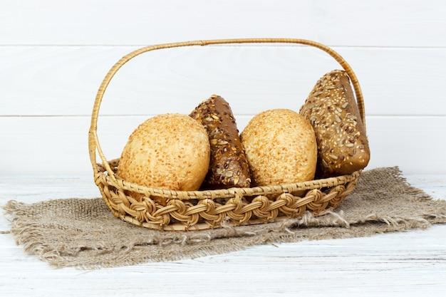 木製のテーブルに製品を焼くパンの様々な組成