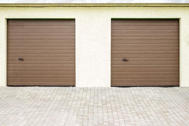 現代のガレージドアのペア。裕福な別荘のための大型自動アップガレージドア。