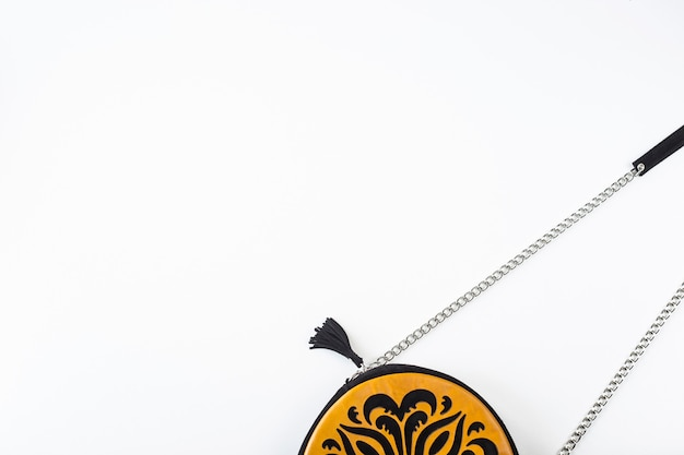 Женский аксессуар ярко-оранжевая сумка с черным орнаментом на белом фоне
