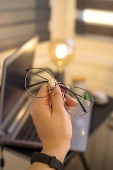コンピューターで作業するための目の保護メガネ
