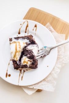 一杯のコーヒー - ブラウニーとアイスクリームとの古典的なチョコレートデザート