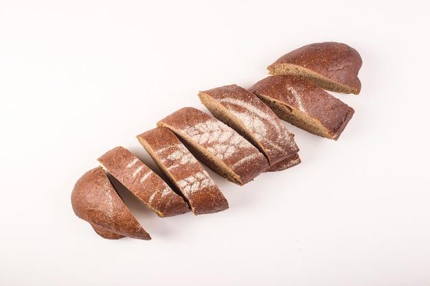 白い背景の上の新鮮な美しいパン作りコンセプト