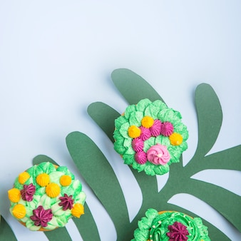 屋内植物の多肉植物のような装飾が施された色とりどりのカップケーキ