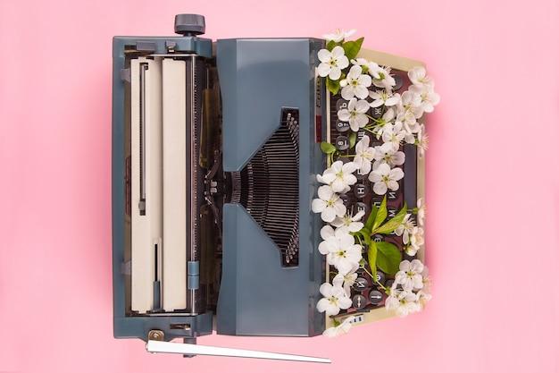 作家、ジャーナリストまたはコピーライターの生活の現代的なスタイルのタイプライター