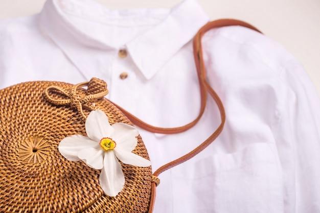 ミニマルな女性用夏用ワードローブ - ストローバッグ&リネンシャツ