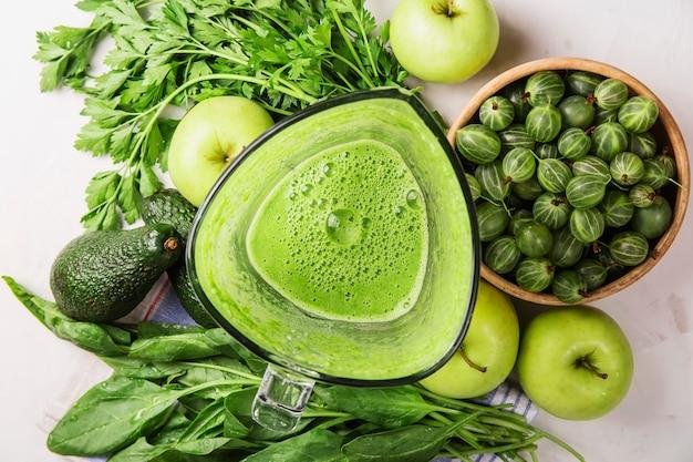 健康的な青リンゴ、ほうれん草、アボカド、パセリのスムージーを作るための材料
