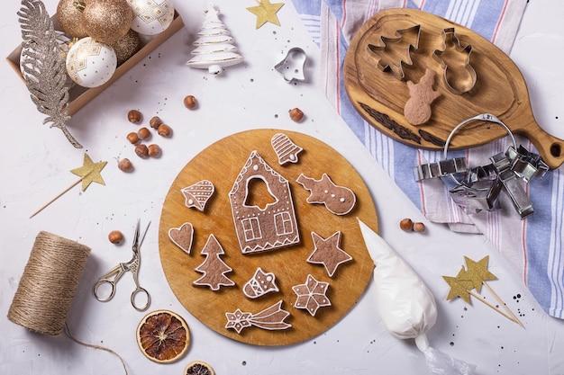 お祝いの装飾の横にある伝統的なクリスマスのジンジャーブレッド