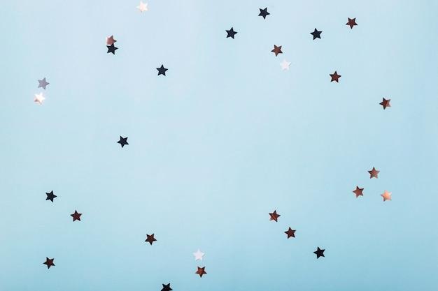 青の光沢のある星とミニマルなお祭りの背景