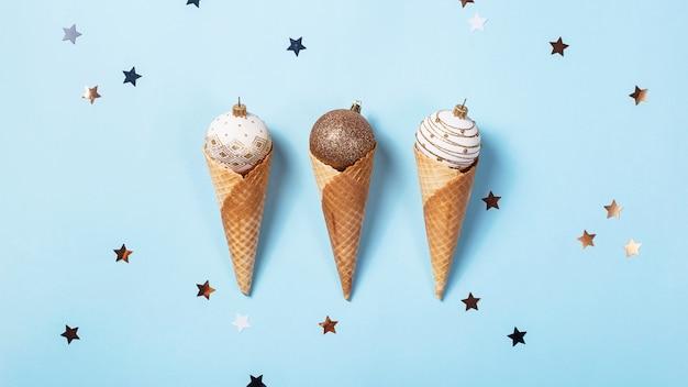 ワッフルコーンのクリスマスボールの食べられないアイスクリーム