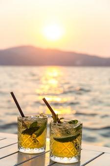 Обслуживание мохито в уличном кафе как летние каникулы