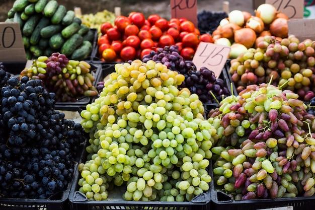 感謝祭の前に作物を販売する市場のブドウ