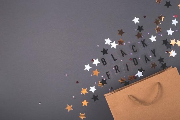 Крафт бумажный пакет на яркой темной поверхности.