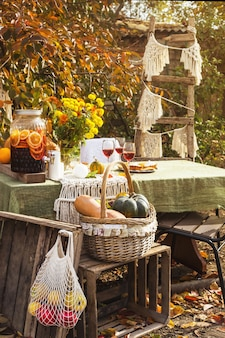 秋の裏庭で家族の休日のためのダイニングテーブル。