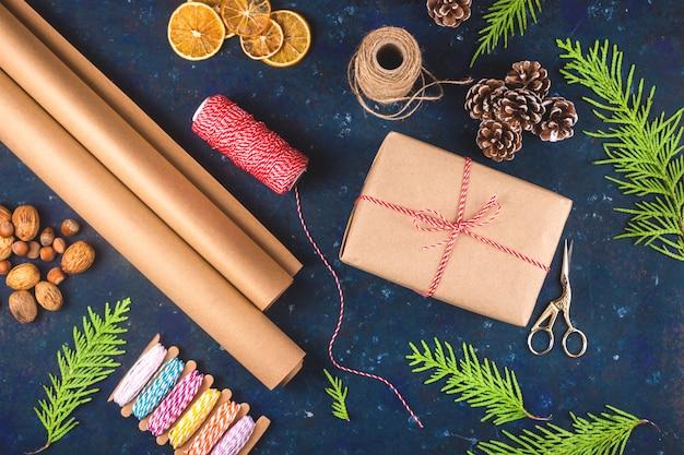 Минимальная рождественская подарочная упаковка в эко стиле и ноль отходов.