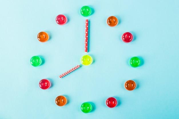 青色の背景にカラフルなキャンディーが並ぶ時計