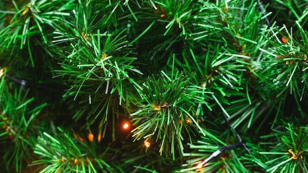Зеленые ветви пластика не естественный фон елки.