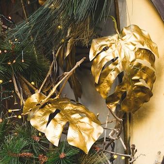Современное роскошное украшение для дерева с золотыми листьями.