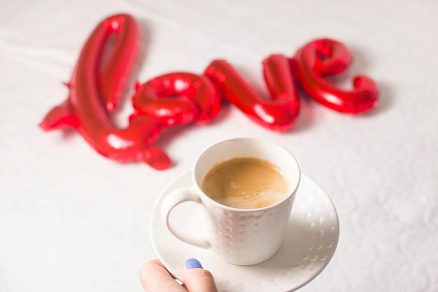 День святого валентина концепция с чашкой кофе и мячом в форме любви.