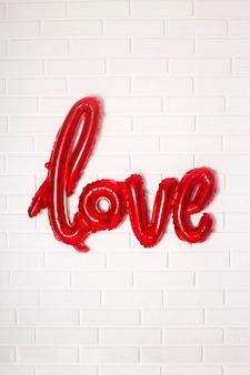 Слово любовь шар как украшение интерьера на день святого валентина.
