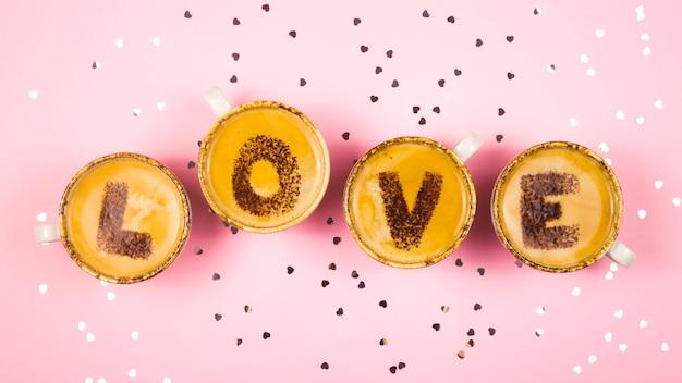 Слово любовь состоит из букв, написанных на пену кофе. день святого валентина.