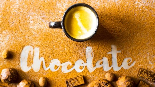 一杯のコーヒー、ココア、またはホットチョコレートの碑文チョコレートの背景