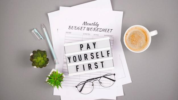 財務計画のコンセプトと個人資金の蓄積。プリントアウトとテーブルを備えたデスクトップ。