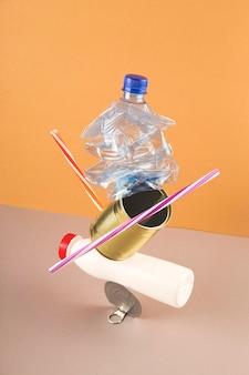 リサイクルのためにゴミから作られたタワー。反重力。環境保護のコンセプトです。