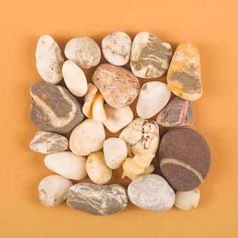 茶色のテーブルに自然の海の石。上面図。