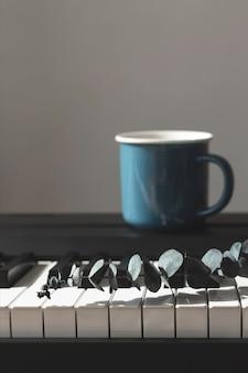 ピアノの花瓶にユーカリ。