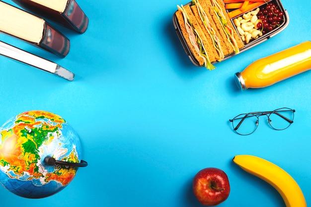 明るい青色の背景に便利なコンテナーで健康的な学校給食。